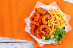 Geschmackvoller panierter Fried Shrimps und Pommes-Frites Stockfotografie