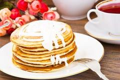 Geschmackvoller Pfannkuchen-Stapel mit Sahne Lizenzfreies Stockfoto