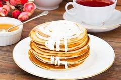Geschmackvoller Pfannkuchen-Stapel mit Sahne Lizenzfreie Stockbilder