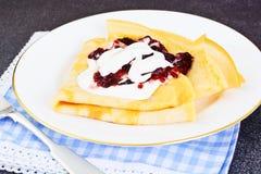 Geschmackvoller Pfannkuchen-Stapel mit Sahne und Stau Lizenzfreies Stockbild