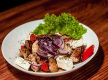 Geschmackvoller Pilzsalat mit Pfeffer und chees Lizenzfreie Stockbilder