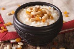 Geschmackvoller Reispudding mit Nüssen und Rosinen in einer Schüsselnahaufnahme Hor Lizenzfreies Stockfoto