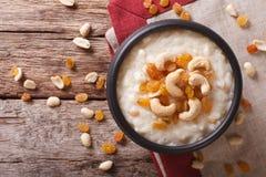 Geschmackvoller Reispudding mit Nüssen und Rosinennahaufnahme Horizontal zu Stockfotos