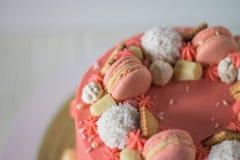 Geschmackvoller rosa Kuchen mit macarons Lizenzfreie Stockbilder