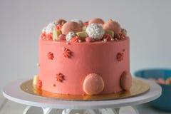 Geschmackvoller rosa Kuchen mit macarons Lizenzfreie Stockfotos
