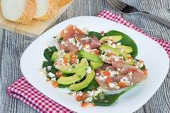Salat mit Avocado, jamon und Spinat Stockfotografie