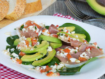 Salat mit Avocado an? Prosciutto Stockfotografie