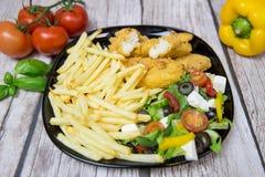 Geschmackvoller Salat mit Streifen und frites lizenzfreie stockfotografie