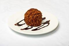Geschmackvoller Schokoladen-Kuchen auf weißer Platte Stockbilder