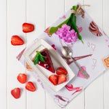 Geschmackvoller Schokoladenkuchen mit Beeren auf Tabellenabschluß oben, Schokoladen-Kuchen, Schokolade Stockbild