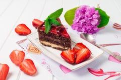 Geschmackvoller Schokoladenkuchen mit Beeren auf Tabellenabschluß oben, Schokoladen-Kuchen, Schokolade Lizenzfreies Stockbild