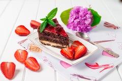Geschmackvoller Schokoladenkuchen mit Beeren auf Tabellenabschluß oben, Schokoladen-Kuchen, Schokolade Stockfotos