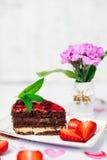 Geschmackvoller Schokoladenkuchen mit Beeren auf Tabellenabschluß oben, Schokoladen-Kuchen, Schokolade Lizenzfreie Stockfotografie