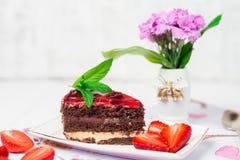 Geschmackvoller Schokoladenkuchen mit Beeren auf Tabellenabschluß oben, Schokoladen-Kuchen, Schokolade Stockfotografie