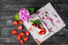 Geschmackvoller Schokoladenkuchen mit Beeren auf Tabellenabschluß oben, Schokoladen-Kuchen, Schokolade Stockfoto