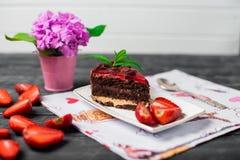 Geschmackvoller Schokoladenkuchen mit Beeren auf Tabellenabschluß oben, Schokoladen-Kuchen, Schokolade Lizenzfreie Stockfotos