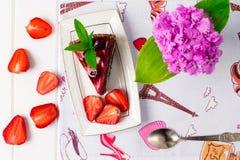 Geschmackvoller Schokoladenkuchen mit Beeren auf Tabellenabschluß oben, Schokoladen-Kuchen, Schokolade Stockbilder
