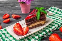 Geschmackvoller Schokoladenkuchen mit Beeren auf Tabellenabschluß oben, Schokoladen-Kuchen, Schokolade Lizenzfreies Stockfoto