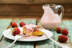 Geschmackvoller selbst gemachter Kuchen mit Erdbeercreme sause im Glasgefäß Lizenzfreies Stockfoto