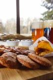 Geschmackvoller Snack zum Bier auf einem hölzernen Brett Stockbilder