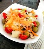 Geschmackvoller Sommersalat lizenzfreie stockbilder