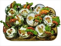 Geschmackvoller Teller Meeresfrüchtecocktail verziert mit Zitrone Stockfotos