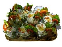 Geschmackvoller Teller Meeresfrüchtecocktail verziert mit Zitrone Lizenzfreie Stockbilder
