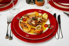 Geschmackvoller Teller von den Seeprodukten an der Gaststätte Stockbild