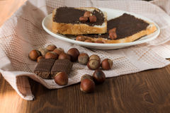 Geschmackvoller Toast mit Erdnussbutter auf einer Platte Stockfotografie