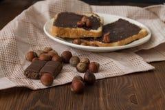 Geschmackvoller Toast mit Erdnussbutter auf einer Platte lizenzfreies stockfoto