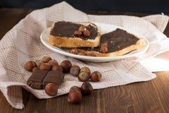 Geschmackvoller Toast mit Erdnussbutter auf einer Platte Lizenzfreies Stockbild