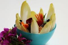 Geschmackvoller und gesunder Salat verziert mit Blumen Lizenzfreie Stockfotos