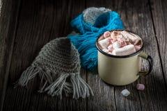 Geschmackvoller und süßer Kakao für Weihnachten mit Eibischen stockbild
