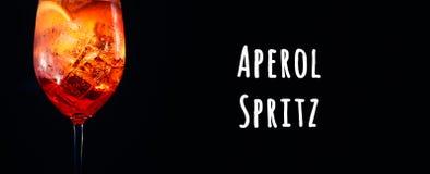 Geschmackvolles alkoholisches aperol spritz Cocktail mit orange Scheibe auf schwarzem Hintergrund Aperol Spritz Benennung stockbild