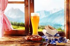 Geschmackvolles bayerisches oder Tiroler Lebensmittel für Oktoberfest Stockbilder