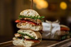 Geschmackvolles belegtes Brot mit Hühnerfleisch in einem Restaurant Lizenzfreie Stockbilder
