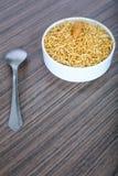 Geschmackvolles bikaneri bhujia namkeen in der Sch?ssel mit L?ffel auf dem Tisch stockbild