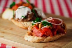 Geschmackvolles bruschetta mit Tomate und Zwiebel Stockfoto