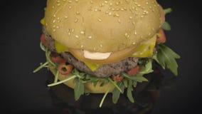 Geschmackvolles cheaseburger mit rucola Drehen stock video footage