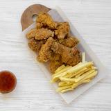 Geschmackvolles Fastfood: gebratenes H?hnertrommelst?cke, w?rzige Fl?gel, Pommes-Frites und H?hnerfinger mit sauer-s??er So?e ?be stockfotos