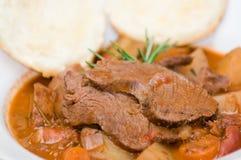 Geschmackvolles Fleisch- und Kartoffeleintopfgericht Lizenzfreies Stockbild