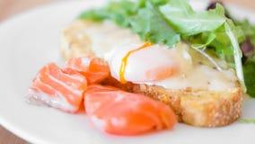 Geschmackvolles Frühstück - poschierte Eier Lizenzfreie Stockbilder