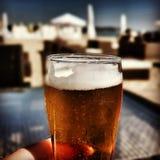 Geschmackvolles Getränk des Bieres Künstlerischer Blick in den Weinlesekräftigen farben Stockbild