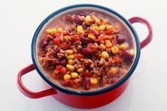 Geschmackvolles Hauptgericht-Rezept auf rotem Topf Lizenzfreie Stockbilder