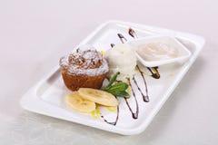 Geschmackvolles hei?es Muffin mit Eiscreme stockfotos