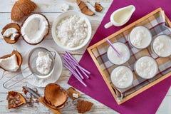 Geschmackvolles Kokosnusscocktail in den Glasschalen stockbilder