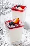 Geschmackvolles Kremeis mit Gelee und Beeren in einem Glas auf hellem Hintergrundabschluß oben Köstlicher Nachtisch und Schokorie lizenzfreies stockbild