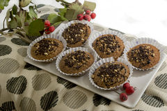Geschmackvolles Muffin mit Schokoladen- und Mandelkuchen Stockbilder