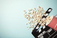Geschmackvolles Popcorn und clapperboard auf Farbhintergrund, Draufsicht mit Raum für Text stockfotos