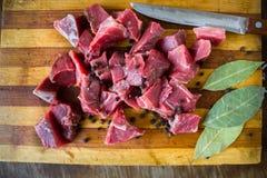 Geschmackvolles rohes frisches saftiges Fleisch und Messer Stockbild